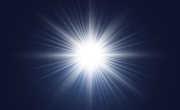 Spezieller objektivblitz, lichteffekt. der blitz blinkt strahlen und suchscheinwerfer. weiß leuchtendes licht. schöner stern licht von den strahlen. die sonne ist von hinten beleuchtet. heller schöner stern. sonnenlicht. blendung.