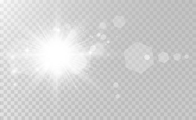 Spezieller objektivblitz, lichteffekt. der blitz blinkt strahlen und suchscheinwerfer. weißes leuchtendes licht. schöner stern licht von den strahlen. die sonne ist von hinten beleuchtet. heller schöner stern. sonnenlicht. blendung.