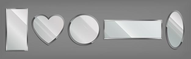 Spiegel im metallrahmen in form von kreis, herz, oval und rechteck lokalisiert auf grauem hintergrund. vektor-realistischer satz glänzender glasspiegel mit chromrand. moderne dekoration für bad