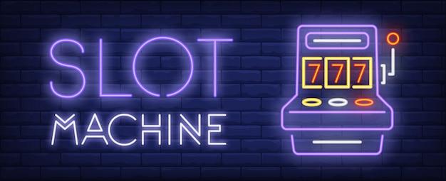 Spielautomat leuchtreklame. dreifache sieben und glühende inschrift auf backsteinmauerhintergrund