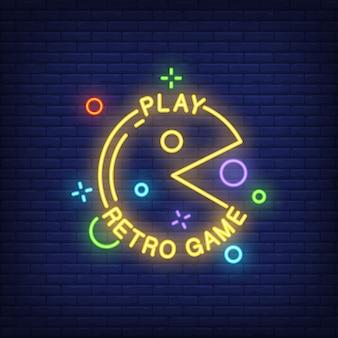 Spielen Sie Retro Spielbeschriftung mit Pacman Zeichen auf Ziegelsteinhintergrund. Neon-Banner.
