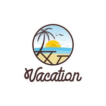 Spielerisches ferienlogodesign, strand, palme, sonnenuntergang