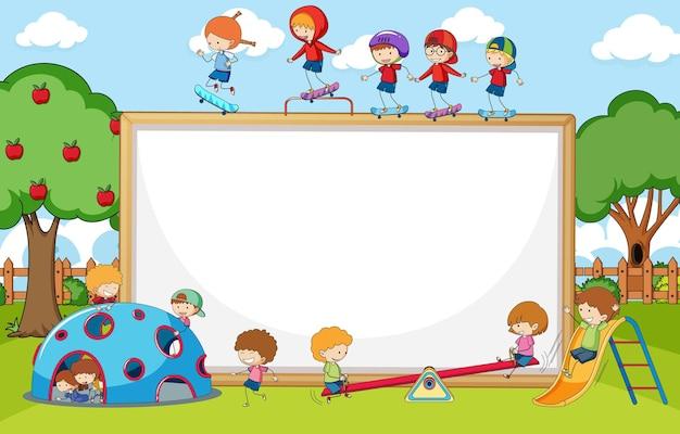 Spielplatzszene mit leerem banner viele kinder kritzeln zeichentrickfigur