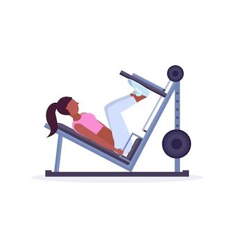 Sportfrau, die übungen macht beinpresse maschinenmädchen, das muskeltraining im fitness-workout des gesunden hintergrundkonzepts des gesunden lebensstils beugt