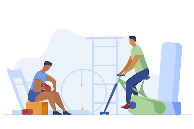 Sportler trainieren mit ausrüstung im fitnessclub. turnhalle, muskel, cardio flache vektorillustration. sport und gesunder lebensstil