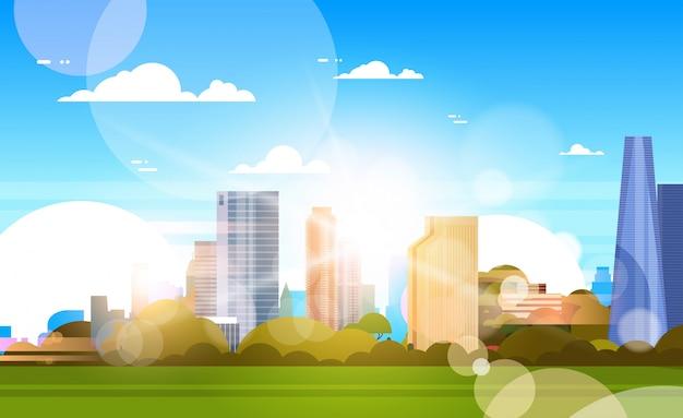 Stadt im sonnenschein schöne skyline mit sonnenlicht über wolkenkratzer-gebäude-stadtbild-konzept