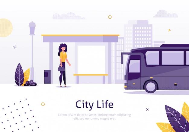 Stadtleben mit dem mädchen, das in der bushaltestelle-fahne steht.