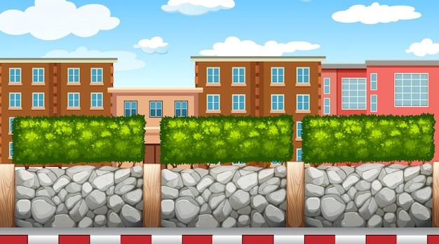Stadtstraße mit zaun und häusern
