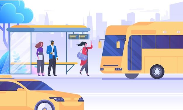 Stadtverkehr bedeutet flache vektorillustration. leute, die auf autobuszeichentrickfilm-figuren warten. öffentliche verkehrsmittel auf wolkenkratzern hintergrund. fahrgäste an der bushaltestelle. städtische infrastruktur