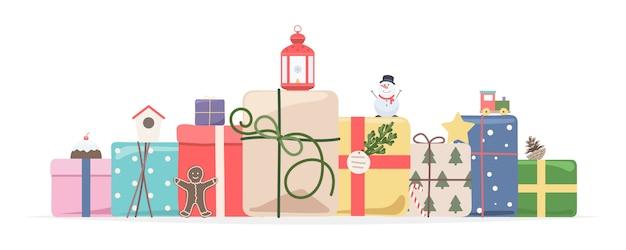 Stapel der eingewickelten geschenkkästen