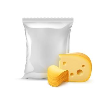 Stapel knuspriger kartoffelchips mit käse und vertikal versiegeltem, leerem plastikfolienbeutel für verpackungsdesign nahaufnahme isoliert auf weißem hintergrund