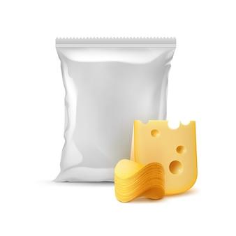 Stapel knuspriger kartoffelchips mit käse und vertikal versiegeltem, leerem plastikfolienbeutel für verpackungsdesign nahaufnahme isoliert