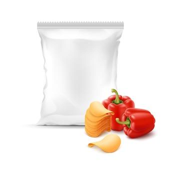 Stapel knuspriger kartoffelchips mit paprika und vertikal versiegeltem, leerem plastikfolienbeutel für die verpackung nahaufnahme auf weißem hintergrund