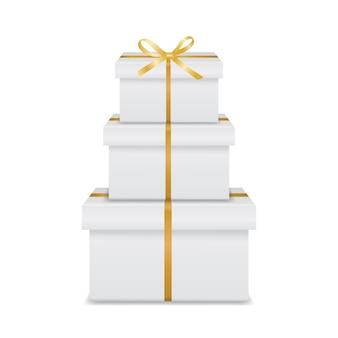 Stapel von drei realistischen weißen geschenkboxen mit goldenem band und schleife