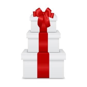 Stapel von geschenkboxen auf weißem hintergrund