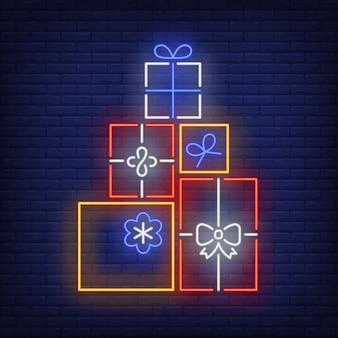 Stapel von geschenken in der neonart