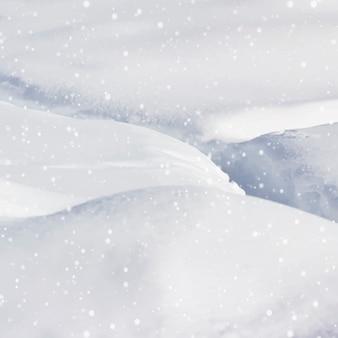 Starker schneefall umgibt und liegt auf einer hütte in steamboat springs.