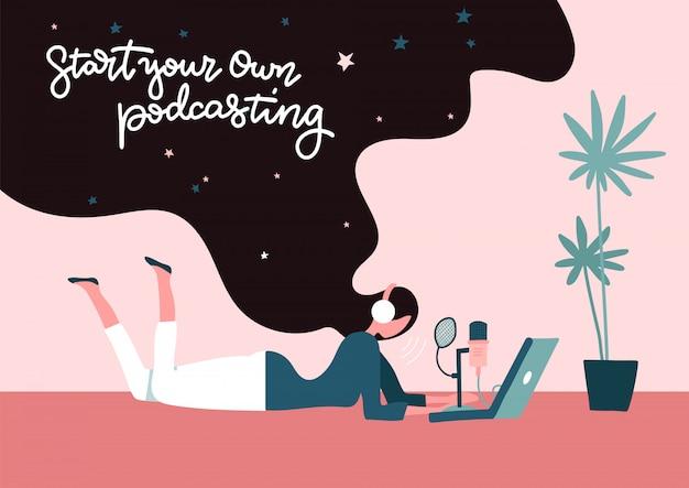 Starten sie das podcast-aufzeichnungskonzept. starten sie ihr eigenes podcasting - schriftzugkonzept. junge freiberuflerin mit langen haaren, die zu hause podcasting auf dem boden liegend macht. flache illustration.