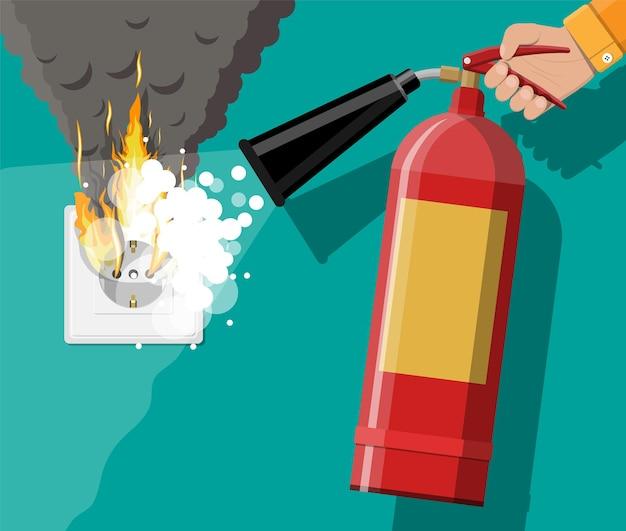 Steckdose mit brennendem stecker und feuerlöscher in der hand mit schaum. überlastung des netzwerks. kurzschluss. elektrisches sicherheitskonzept. wandsteckdose in flammen mit rauch.