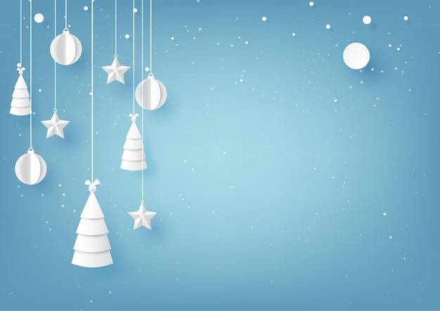 Sterne, weihnachtsbäume und weihnachtsball, die am wintersaisonhintergrund des blauen himmels hängen.