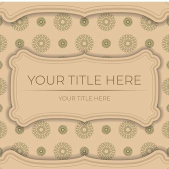Stilvolle vorlage für postkartendruckdesign in beige farbe mit luxuriösen griechischen mustern. vorbereitung einer einladungskarte mit vintage-ornamenten.