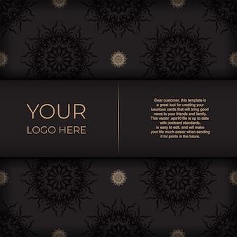 Stilvolles druckfertiges postkartendesign in schwarz mit griechischen mustern. vektor-einladungskartenschablone mit weinleseverzierung.