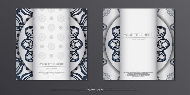 Stilvolles, druckfertiges weißes postkartendesign mit dunkelblauen vintage-ornamenten. einladungskartenvorlage mit griechischen mustern.