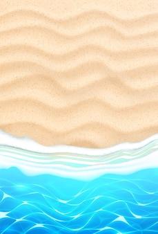 Strand am strand mit azurblauen wellen an der sandküste. seashore sommerferienhintergrund für reisen und urlaub