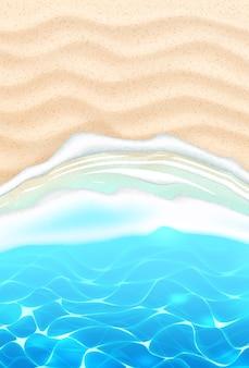 Strand am strand mit azurblauen wellen an der sandküste