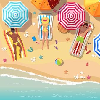 Strand draufsicht mit sonnenanbetern männer und frauen. regenschirm und urlaub, entspannung sommertourismus, ruhe meer und sand.