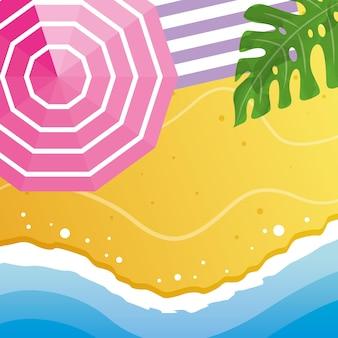 Strand hautnah mit sonnenschirm und handtuch