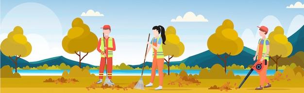 Straßenreiniger-team, das zusammenarbeitet, das rasenharken fegt, lässt reinigungsdienst-teamarbeitskonzept-stadtpark-herbstlandschaftshintergrund in voller länge flach horizontal