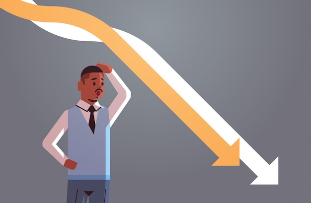 Stressiger geschäftsmann, der das hinunterfallen des wirtschaftlichen pfeildiagrammdiagrammfinanzkrise-bankrotten investitionsausfallrisikokonzeptporträts horizontal betrachtet