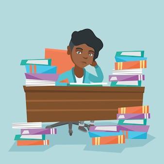 Student, der am tisch mit stapel von büchern sitzt.