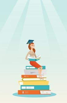 Student sitzt auf riesigen stapel bücher.