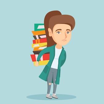 Student trägt einen schweren stapel bücher auf dem rücken.
