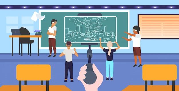 Studenten, die eine 3d-brille tragen, die den sturmtornado der virtuellen realität durch den smartphonebildschirm des headset vr digital technology concept auf dem innenraum des selfie-stick-klassenzimmers horizontal in voller länge betrachtet