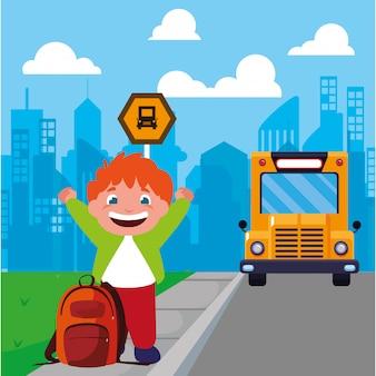 Studentenjunge an der bushaltestelle mit hintergrundstadt