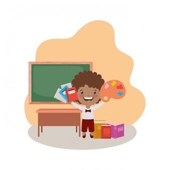 Studentenjunge mit schulbedarf im klassenzimmer