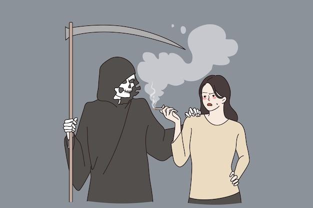Sucht nach rauchen und tod konzept. todesfigur in der kapuze, die neben einer frau steht, die eine zigarette anzündet, die süchtig nach rauchen ist