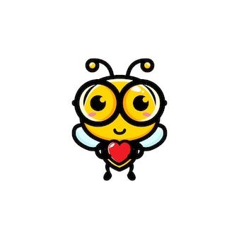 Süße biene hält herz