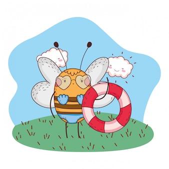 Süße kleine biene mit badeanzug und float im lager