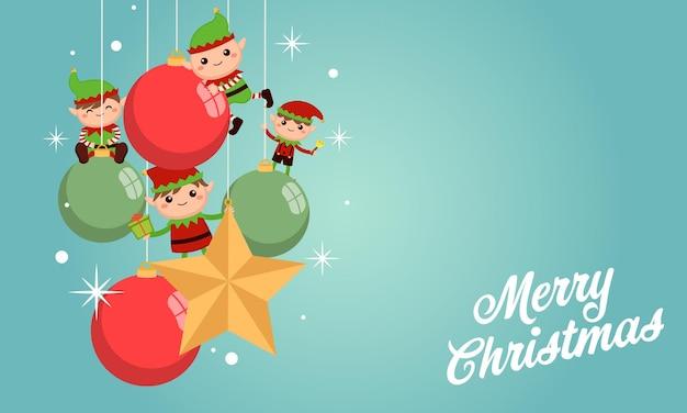 Süße kleine elfen hängen an weihnachtsdekoration