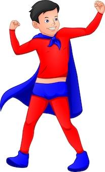 Süßer junge, der superheldenkostüm trägt