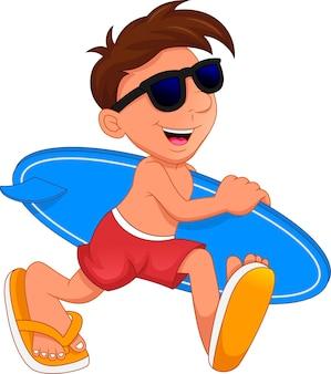 Süßer junge surfer hält surfbrett