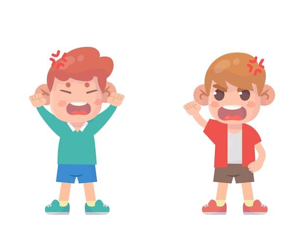 Süßer kinderjunge streiten und streiten sich