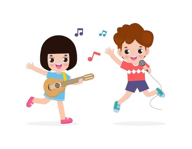 Süßer kleiner asiatischer junge und mädchen, die gitarre spielen und singen