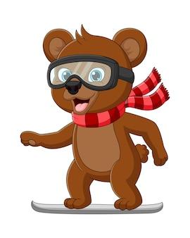 Süßer kleiner bär, der ein snowboard spielt