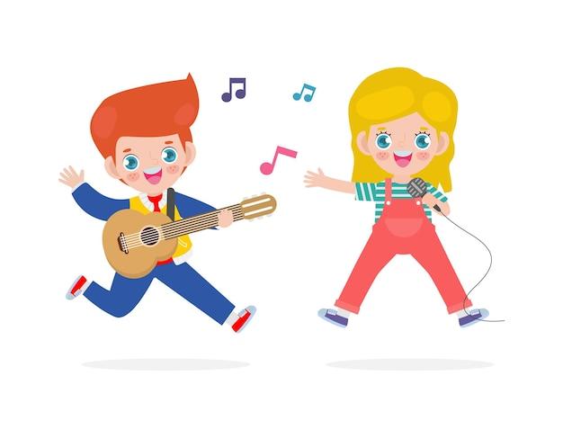 Süßer kleiner kaukasischer junge und mädchen, die gitarre spielen und singen