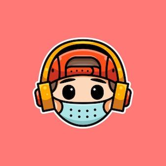 Süßer mann mit maske und kopfhörer